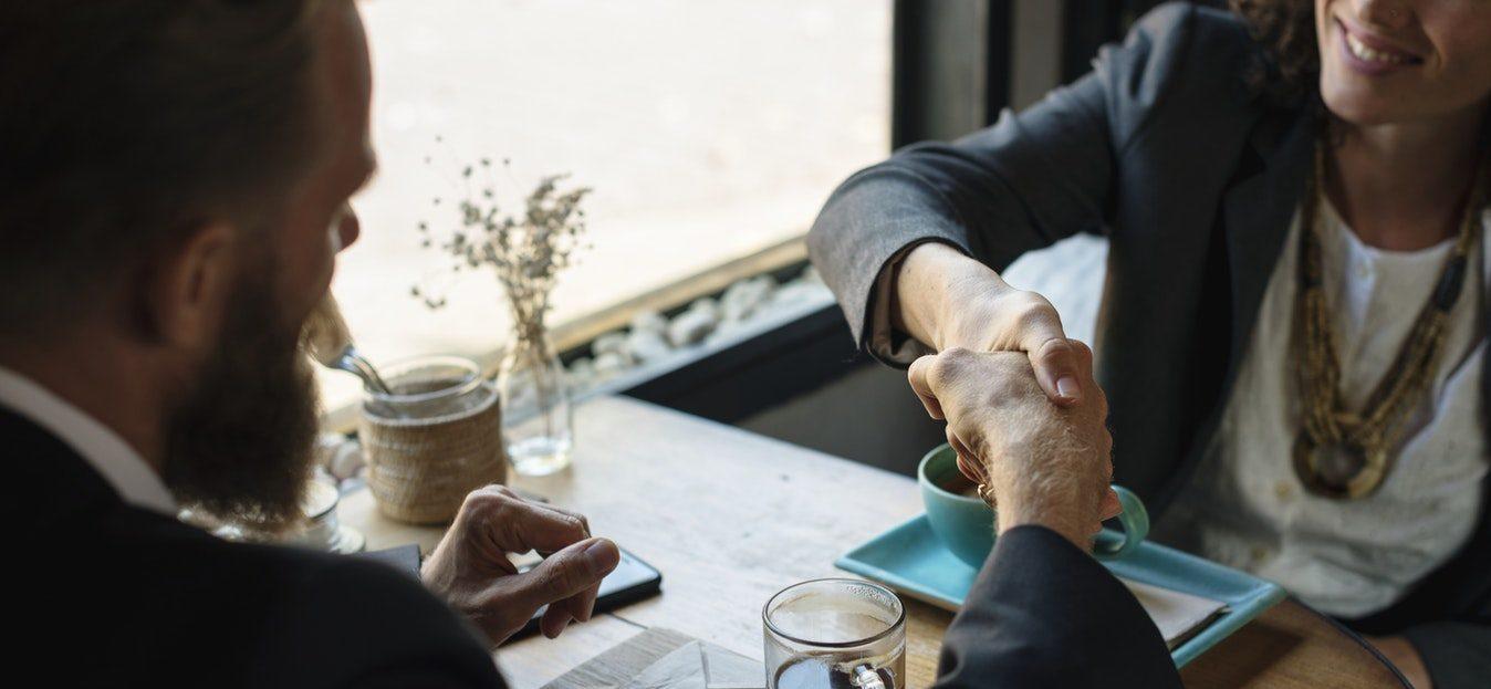 handshake tijdens formeel gesprek
